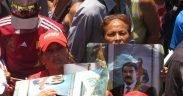 Os defensores de Maduro mantêm cartaz mostrando seu apoio ao presidente venezuelano Nicolas Maduro em uma manifestação para Maduro.