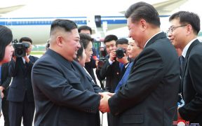 الرئيس الصيني شي جين بينغ والزعيم الكوري الشمالي كيم جونغ أون يلتقيان في بيونج يانج بكوريا الشمالية. (الصورة: وكالة الأنباء الكورية المركزية)