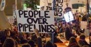 Manifestantes contra o Dakota Access Pipeline e o Keystone XL Pipeline realizam um protesto na rua ao lado do Edifício Federal de São Francisco.