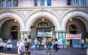 Demonstranten verwerpen Donald Trump buiten het Trump International Hotel, Washington, DC, VS. September, 2016. (Foto: Ted Eytan)