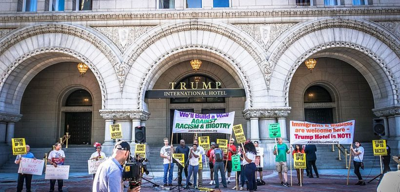 I manifestanti denunciano Donald Trump davanti al Trump International Hotel, Washington, DC, USA. Settembre, 2016. (Foto: Ted Eytan)