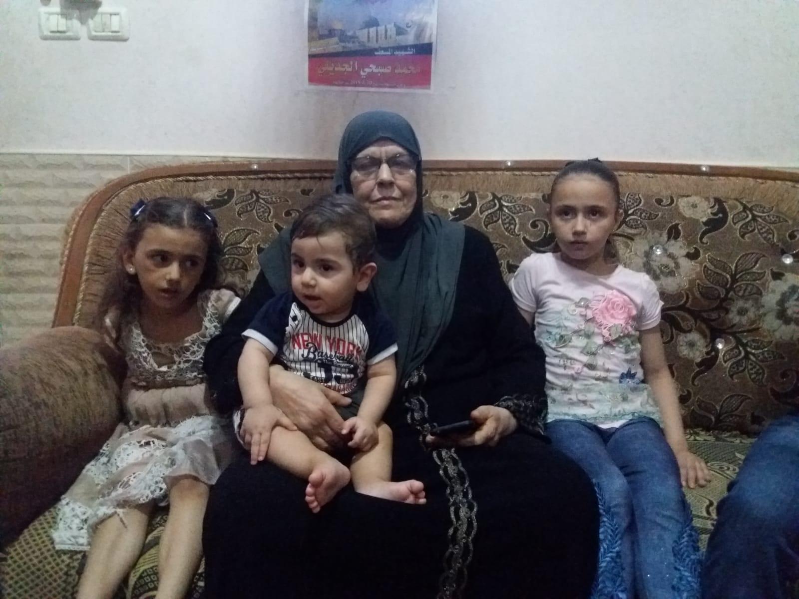 Kifaya Aljadeely, mãe de Mohammad, junto com os filhos de Mohammad. (Foto: Rami Almeghari)