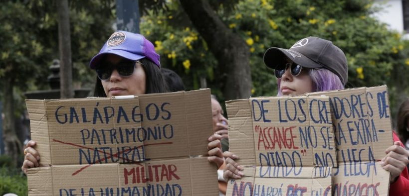 "Protesters in front of the Carondelet Palace in Quito, Ecuador. One sign reads ""From the creators of Assange won't be extradited we get 'there won't be a military base in the Galápagos"". Photo: VOA Noticias"