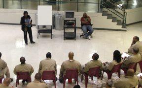 एक अमेरिकी संघीय जेल की तारीख में एक कक्षा शिक्षण