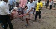 Protestores carregando uma mulher ferida durante o massacre de Cartum.