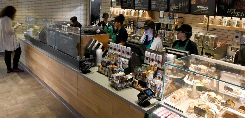 DETTAGLI FOTO / SCARICA HI-RES 1 di 2 I baristi lavorano dietro il bancone Jan. 29, 2018, in una nuova caffetteria Starbucks che è stata recentemente aperta nel Mini Mall del servizio di cambio dell'esercito e dell'aeronautica a Sheppard Air Force Base, Texas