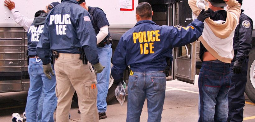Agenti speciali dell'ICE (US Immigration and Customs Enforcement) arrestano i sospetti durante un raid.
