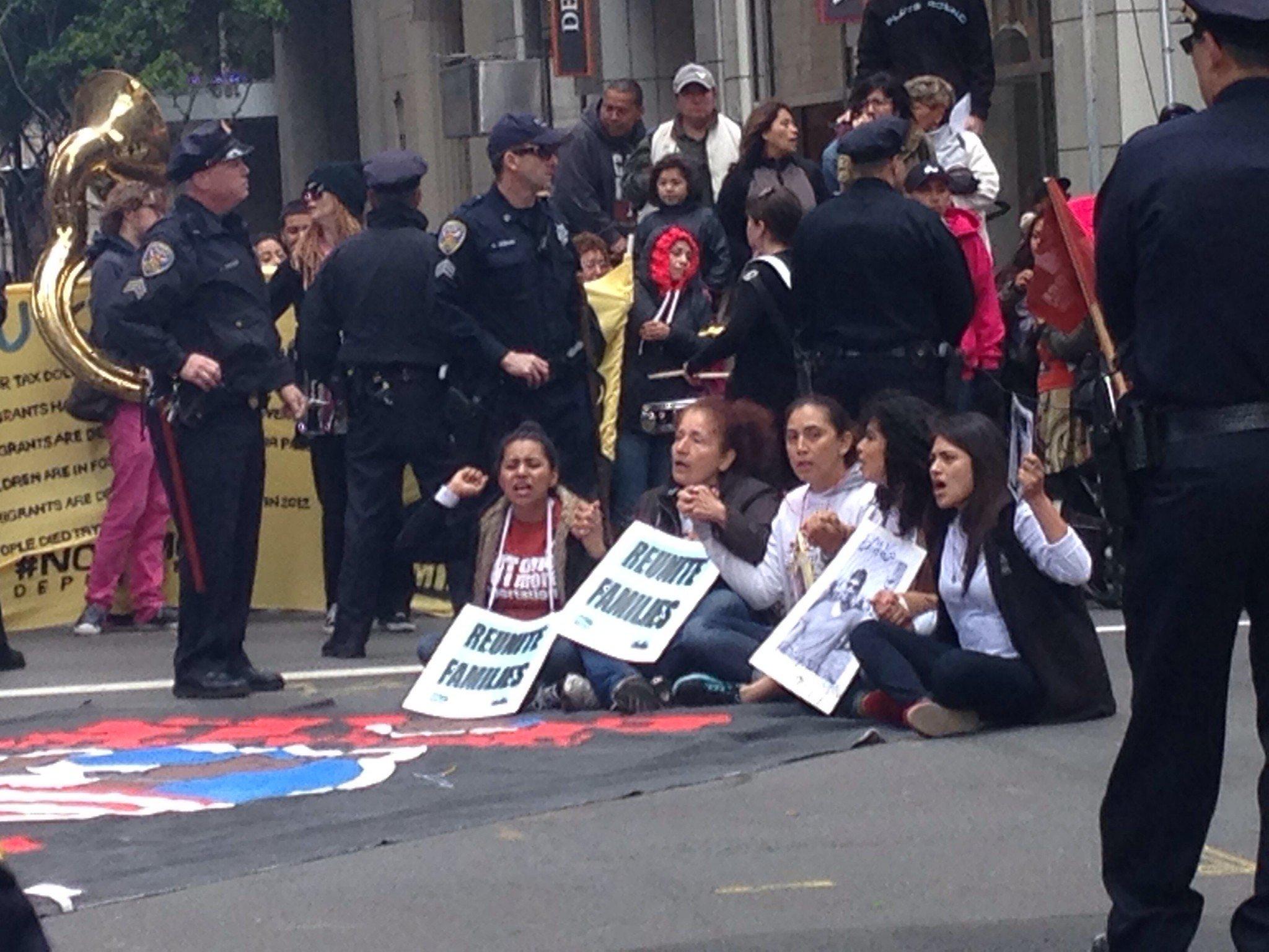 Демонстрация иммиграции и депортации в центре Сан-Франциско в пятницу, апрель 4th, 2014, на пересечении улиц 100 в Монтгомери. Улица 100 Montgomery там, где сейчас ок. Рассматриваемые дела 24,000 и иммиграционные залы 13. Демонстранты говорят, что по крайней мере 2 миллионов человек были депортированы. (Фото: Дина Бойер)