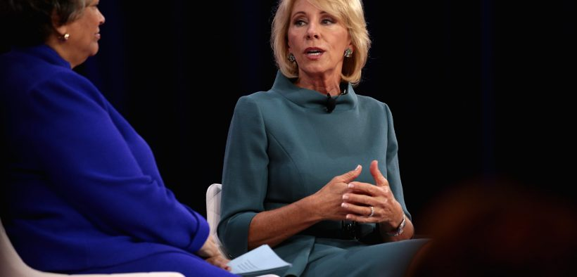 Il Segretario all'Istruzione degli Stati Uniti Betsy DeVos interviene alla 2018 Conservative Political Action Conference (CPAC) a National Harbor, nel Maryland.
