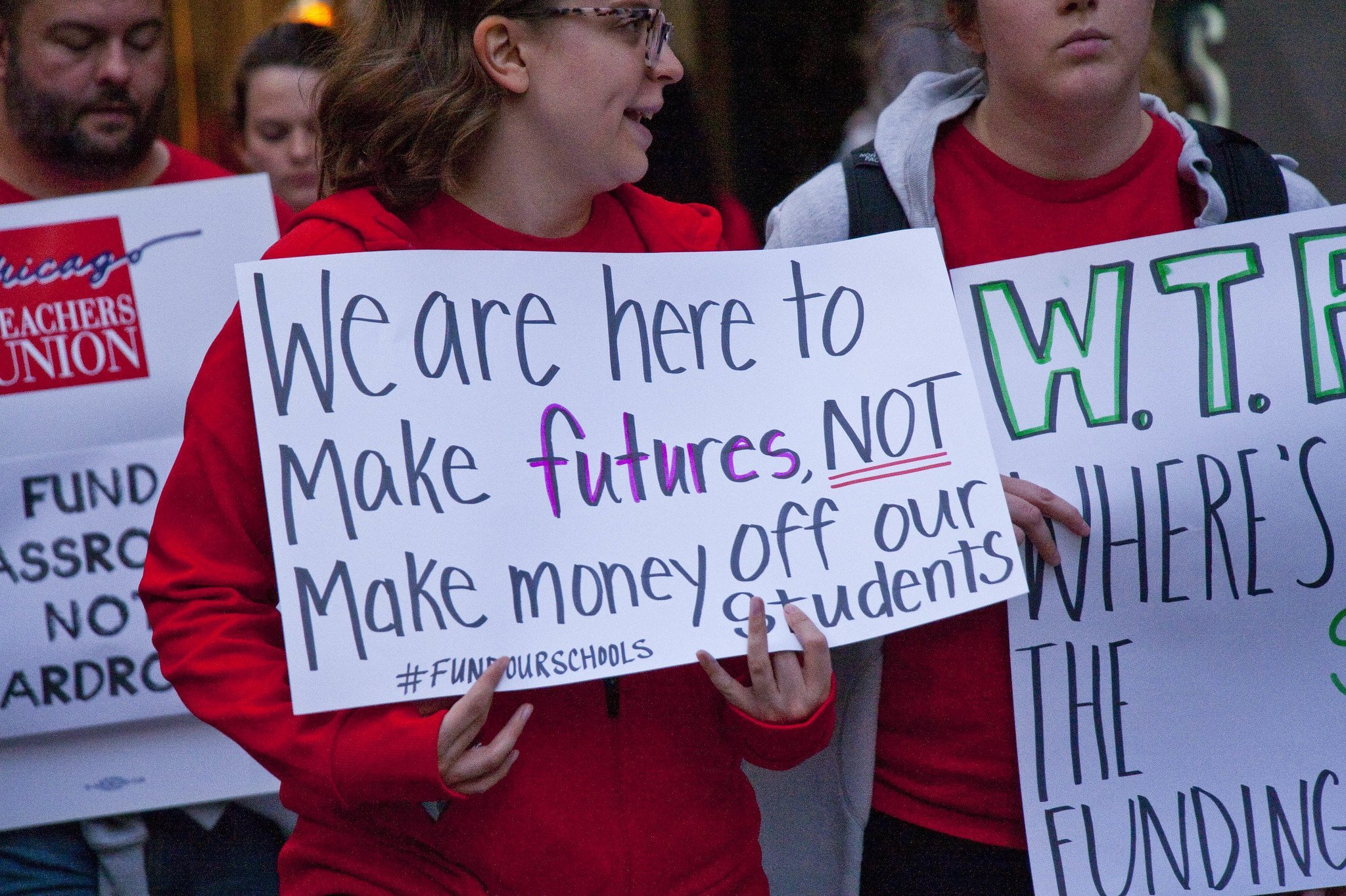 أعضاء اتحاد نقابة المعلمين في شيكاغو والحلفاء خارج مقر مدارس شيكاغو العامة ، وسط مدينة شيكاغو ، إلينوي ، 9-26-18