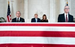 President Donald J. Trump en First Lady Melania Trump betuigen hun respect bij de begrafenisdienst maandag 22, 2019, voor gepensioneerde Amerikaanse Supreme Court Associate Justice John Paul Stevens bij het Supreme Court van de Verenigde Staten in Washington, DC (Official White House) Foto door Shealah Craighead)