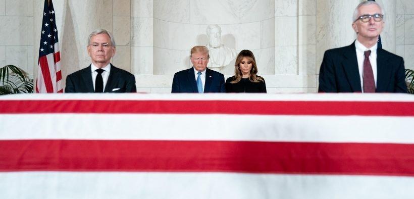 राष्ट्रपति डोनाल्ड जे। ट्रम्प और प्रथम महिला मेलानिया ट्रम्प ने सोमवार, जुलाई 22, 2019, सेवानिवृत्त अमेरिकी सुप्रीम कोर्ट के एसोसिएट जस्टिस जॉन पॉल स्टीवंस के लिए वाशिंगटन, डीसी (आधिकारिक व्हाइट हाउस) में संयुक्त राज्य अमेरिका के सुप्रीम कोर्ट में अंतिम संस्कार सेवा में अपने सम्मान का भुगतान करते हैं। शीला क्रेहहेड द्वारा फोटो)