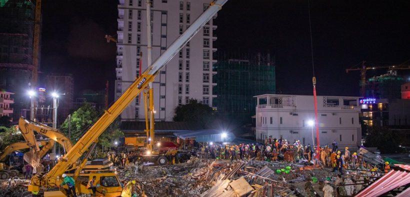 عملت فرق الإنقاذ في سيهانوكفيل مع حفارات وحفارات خلفية لتحريك الأنقاض (تصوير سينترال).