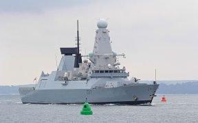 Digita il cacciatorpediniere ad aria compressa 45 HMS Duncan (D37) in entrata nella base navale di Portsmouth su 17 June 2016. (Foto: Brian Burnell)
