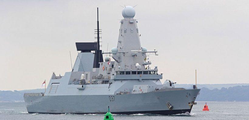 Digite o contratorpedeiro de defesa aérea 45 HMS Duncan (D37) de entrada para a Base Naval do Portsmouth no 17 June 2016. (Foto: Brian Burnell)