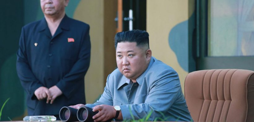 Kim Jong-Un, de Corea del Norte, pasa por alto una prueba de misiles a fines de julio. (Foto: KCNA)