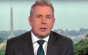 Kim Darroch in een interview met Bloomberg News. (Foto: YouTube)