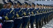 Membros da Força Aérea do Exército de Libertação do Povo marcharam durante uma cerimônia de boas-vindas em homenagem ao general Mark A. Welsh III, comandado pelo Comandante da PLAAF, general Xiaotian, 25, 2013, em Pequim, China. (Foto: Força Aérea dos EUA, Scott M. Ash)