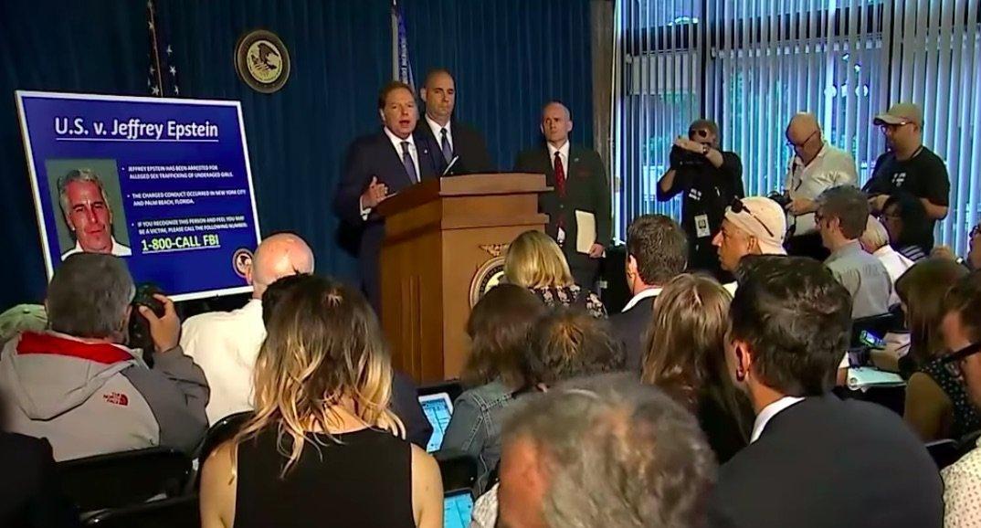 Conférence de presse à New York annonçant les accusations de trafic de sexe à l'encontre de Jeffrey Epstein. (Photo: YouTube)
