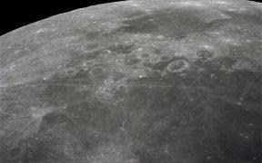 Esta câmera de mão 70mm da lua, fotografada durante a costa trans-terra da missão Apollo 16, apresenta Mare Fecunditatis (Mar de Fertilidade) em primeiro plano com as crateras gêmeas Messier no canto inferior direito. Mais perto do horizonte está Mare Nectaris (Mar de Néctar) com crateras entre Goclenius e Gutenberg. Goclenius está localizado a aproximadamente 10 graus latitude sul e 45 graus longitude leste.
