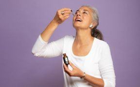 Frau ätherisches Öl einnehmen