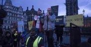 क्रिस्टोफर वायली और शाहमीर सैननी के साथ कैम्ब्रिज एनालिटिका और फेसबुक डेटा घोटाले के बाद एक विरोध। दिनांक: मार्च 2018। (फोटो: जुव्लसबॉक, सीसी बाय-एसए एक्सएनयूएमएक्स)