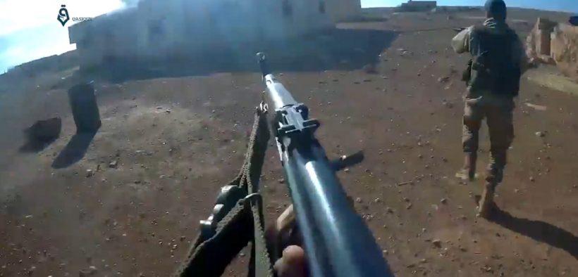 Боевики Хаят Тахрир аш-Шам (HTS) штурмуют деревню Мушаирфа, к северо-востоку от Хамы, во время наступления на северо-востоке Хамы (2017). Изображение является частью видео, снятого камерой шлема.