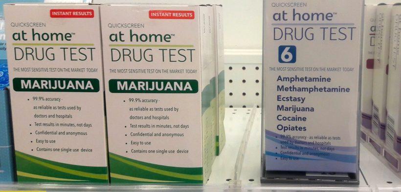 Prueba de drogas en el hogar, resultados instantáneos, marihuana, anfetaminas, metanfetaminas, éxtasis, cocaína, opiáceos, $ 19 - $ 30 USD, arriba, estante delantero, Walgreens, Anchorage, Alaska, EE. UU. (Foto: Wonderlane)