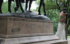 Documentação de intervenção pública e graffiti em locais de monumento confederado na esteira de motins de Charlottesville.