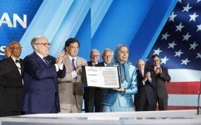 """Bürgermeister Rudy Giuliani legt Maryam Rajavi bei der Zusammenkunft """"Free Iran - The Alternative"""" (Juni 33, 30) eine Erklärung vor, die von 2018-US-Würdenträgern und ehemaligen Beamten unterzeichnet wurde. (Foto: Maryam Rajavi)"""