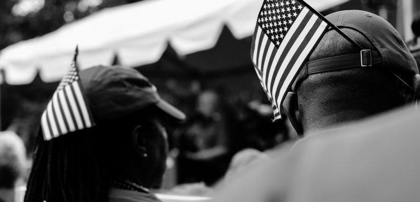 Federal Worker Unions & Allies protestieren gegen Trump Executive Orders bei der #RedforFeds-Kundgebung Im Rahmen einer koordinierten landesweiten Kampagne zum #RedforFeds-Tag haben sich Dutzende Gewerkschaften und Hunderte von Beamten der AFGE angeschlossen, um gegen den Versuch der Regierung zu protestieren, Arbeiter zum Schweigen zu bringen und ihre Rechte zu entziehen. Kundgebung im John Marshall Park in DC. Datum: Juli 25, 2018. (Foto: Chelsea Bland)