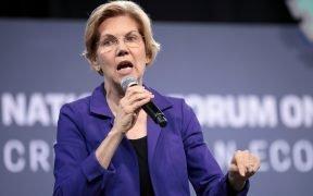 US-Senatorin Elizabeth Warren im Gespräch mit Teilnehmern des 2019-Nationalforums für Löhne und Arbeitskräfte, das vom Zentrum für den American Progress Action Fund und der SEIU in der Enklave in Las Vegas, Nevada, veranstaltet wird.