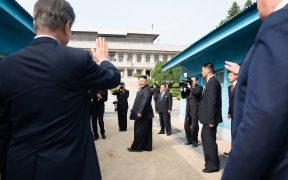 राष्ट्रपति डोनाल्ड जे। ट्रम्प और रिपब्लिक ऑफ साउथ कोरिया के राष्ट्रपति मून जे-इन ने वर्कर्स पार्टी के अध्यक्ष किम जोंग उन कोरिया की रविवार, जून 30, 2019, कोरियाई डिमिलिटरीकृत ज़ोन में उत्तर और दक्षिण कोरिया के अलग-अलग सीमांकन लाइन पर विदाई दी। (फोटो: शीलाह क्रेगहेड)