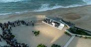 """El presidente Donald J. Trump se une a los líderes de G7 y a los miembros de G7 extendido mientras posan para la """"foto de familia"""" en el Programa de socios extendidos de G7 el domingo por la noche, agosto 25, 2019, en el Hotel du Palais Biarritz, sede de la Cumbre de G7 en Biarritz , Francia. (Foto oficial de la Casa Blanca por Shealah Craighead)"""
