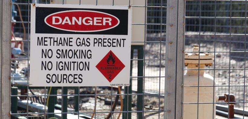 Um aviso de sinal de metano presente em uma instalação de poço. (Foto: Jeremy Buckingham)