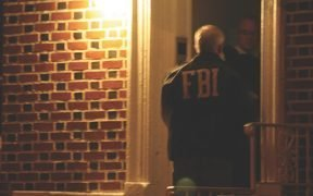 Un agente dell'FBI bussa a una porta a Brooklyn in 2011 come parte di un raid contro la mafia di New York. (Foto: FBI)