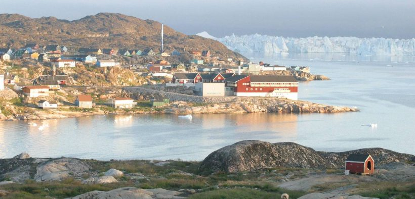 Ilulissat, der Gemeindesitz und größte Stadt der Gemeinde Avannaata in Westgrönland. Liegt 250 Meilen nördlich des Polarkreises. (Foto: Von Pcb21, CC BY-SA 3.0)
