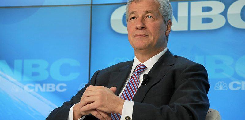 """James Dimon, Presidente e CEO, JPMorgan Chase & Co., EUA, ouve durante a sessão """"O Contexto Financeiro Global - Reforçando Sistemas Críticos"""" na Reunião Anual do Fórum Econômico Mundial em Davos, Suíça, janeiro 2013, 23. (Foto: Fórum Econômico Mundial, Remy Steinegger)"""
