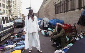 """Ted Hayes, Aktivist für bürgerliche Obdachlosenrechte, hat auf dem Bürgersteig in der Innenstadt von Los Angeles im Osten der Stadt Skid Row genannt, die Landeshauptstadt, """"Ground 0"""" und """"Schwarzes Loch"""" der Obdachlosigkeit."""