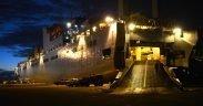 USNS военного морского командования Бриттин сидит в порту Понсе, Пуэрто-Рико, ноябрь 4, 2017. Солдаты 597-й транспортной бригады, базирующейся на Объединенной базе Лэнгли-Юстис, штат Вирджиния, в партнерстве с Федеральным агентством по чрезвычайным ситуациям и Инженерным корпусом армии США загрузили судно, заполненное оборудованием для оказания гуманитарной помощи, на Объединенной базе Чарльстон, Южная Каролина, перед тем, как оно отплыло. Понсе для разгрузки и раздачи. (Фото: ВВС США, штаб-сержант Тереза Дж. Кливленд)