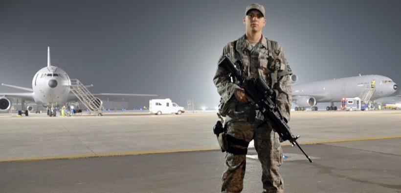美国空军飞行员1st级Frankie Piland在中东1月31,2010的空军基地观看飞行路线。