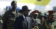 Сальва Киир, президент полуавтономного Южного Судана, ждет Омара аль-Башира во время его визита в южную столицу Джубу.