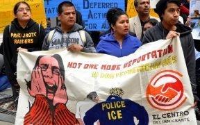 不是1更多的驱逐出境! 移民权利积极分子聚集在曼哈顿下城的联邦大楼4月5,2014抗议2百万分之一被奥巴马政府驱逐无证移民。 (照片:Michael Fleshman)