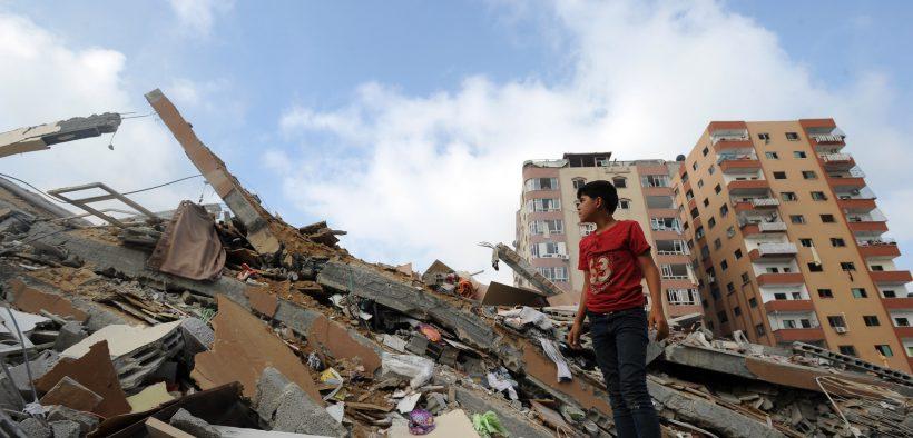 Palästinenser holen ihre Habseligkeiten unter den Trümmern eines Wohnturms ab, von dem Zeugen sagten, er sei bei einem israelischen Luftangriff in Gaza City am 24. August 2014 zerstört worden.