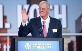David Koch spricht auf der 2015 Defending the American Dream Summit im Greater Columbus Convention Center in Columbus, Ohio.