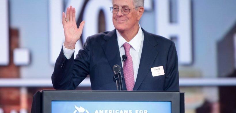 David Koch s'exprimant au 2015 Défendre le rêve américain au Greater Columbus Convention Center à Columbus, Ohio.