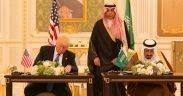 الرئيس دونالد ترامب والملك سلمان بن عبد العزيز آل سعود يوقعان على بيان الرؤية الاستراتيجية المشتركة للولايات المتحدة والمملكة العربية السعودية ، خلال الاحتفالات ، السبت ، مايو 20 ، 2017 ، في القصر الملكي في الرياض ، المملكة العربية السعودية . (صور البيت الأبيض الرسمي شيلا كرايجيد)