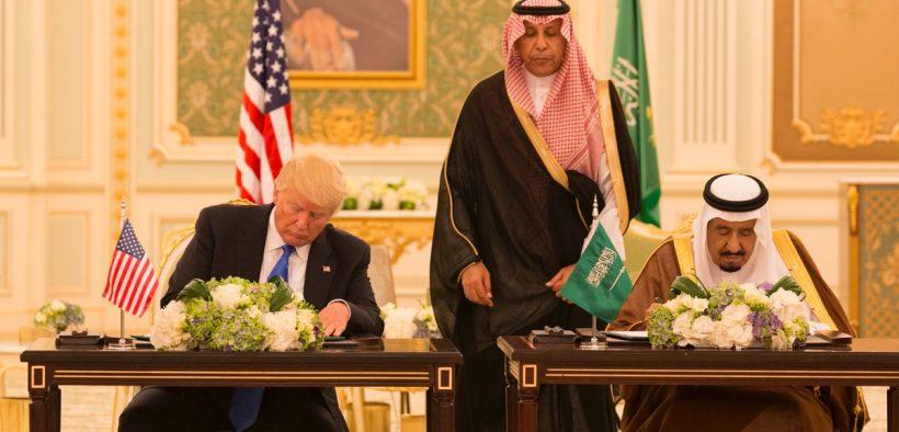 El presidente Donald Trump y el rey Salman bin Abdulaziz Al Saud de Arabia Saudita firman una Declaración de visión estratégica conjunta para los Estados Unidos y el Reino de Arabia Saudita, durante las ceremonias, el sábado, mayo 20, 2017, en el Palacio de la Corte Real en Riad, Arabia Saudita . (Foto oficial de la Casa Blanca Shealah Craighead