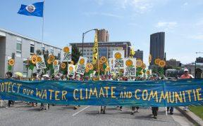 Milhares marcharam por St. Paul, Minnesota, para este evento de areias anti-alcatrão. Os manifestantes pediram o fim do uso de óleo de areias betuminosas, água limpa e energia limpa. Data: junho 6, 2015. (Foto: Fibonacci Blue)