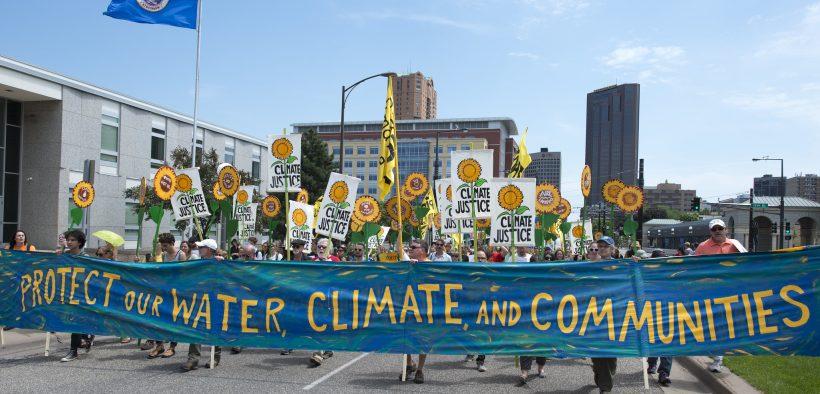 Miles marcharon por St. Paul, Minnesota para este evento de arenas anti-alquitrán. Los manifestantes pidieron el fin del uso de aceite de arenas bituminosas, agua limpia y energía limpia. Fecha: junio 6, 2015. (Foto: Fibonacci Blue)